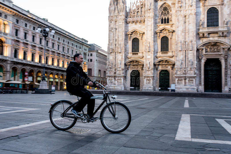 Pojedynczy mężczyzna na rowerowej jazdie w pustym kwadracie Mediolański ` s Cathedra obraz royalty free