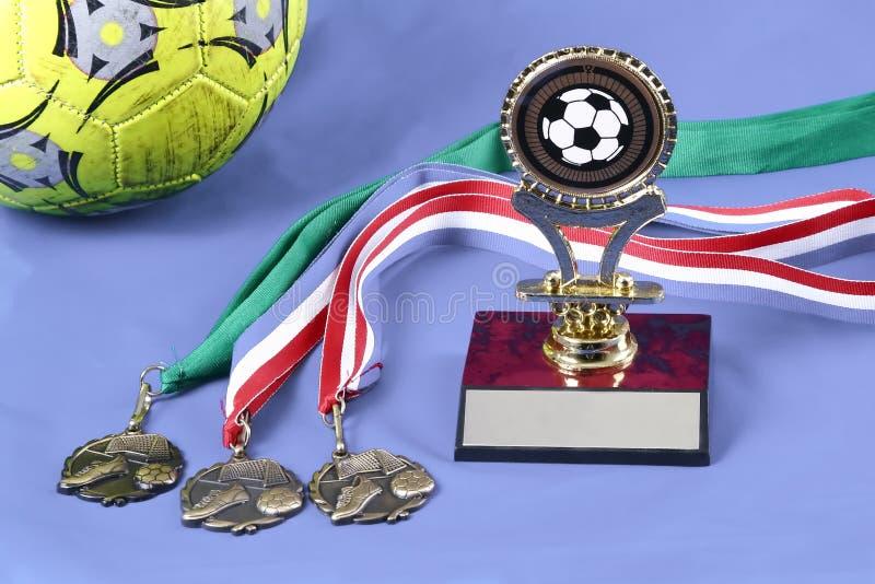 pojedynczy medal piłkarską trofeum obrazy royalty free
