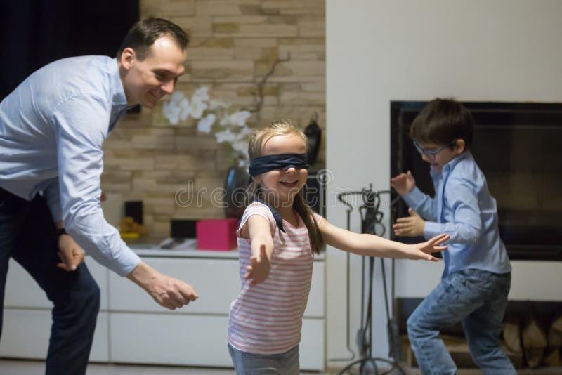 Pojedynczy ojciec z małymi dziećmi bawić się kryjówkę aport - i - zdjęcia royalty free