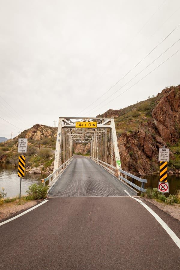 Pojedynczy pas ruchu most na Jar jeziorze obrazy royalty free