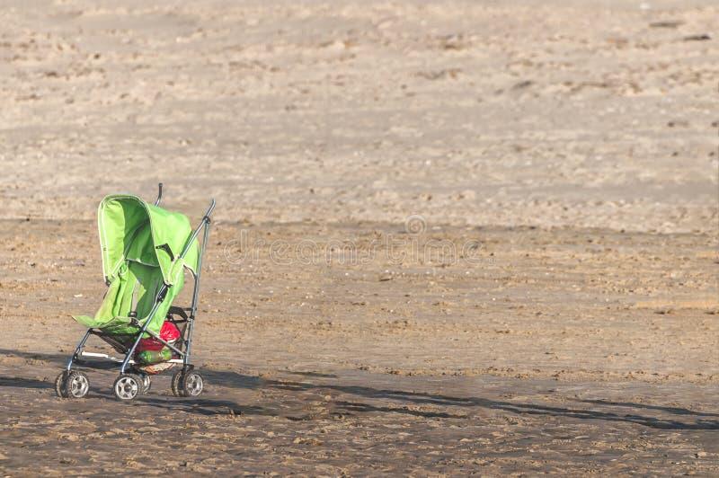Pojedynczy pram na plaży obraz royalty free