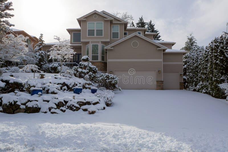 Pojedynczy Rodzinny Luksusowy dom rodzinny na zima śniegu dniu zdjęcia stock