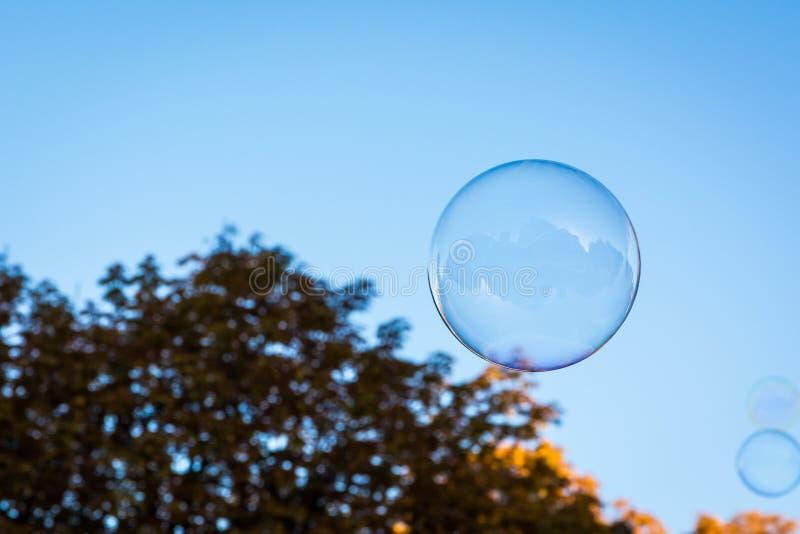Pojedynczy Round Kółkowy Mydlanego bąbla niebieskiego nieba natury tło Ora fotografia royalty free