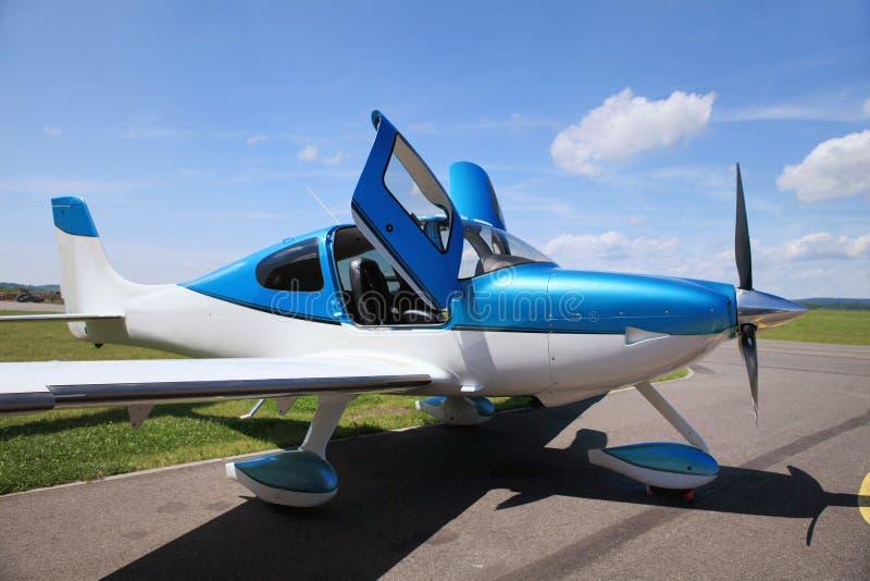 Pojedynczy tłokowy samolot na pasie startowym obraz royalty free