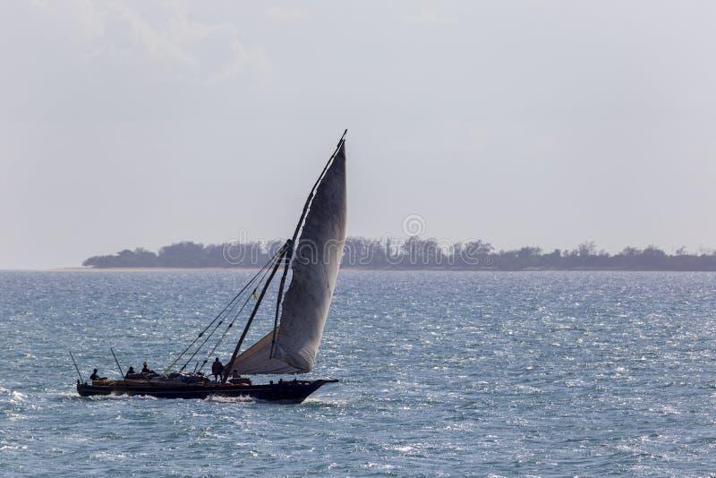 Pojedynczy transportu dhow kłoszenie dla portu na oceanie z pełnym bellowing żaglem przed silnym ustatecznia wiatr fotografia royalty free