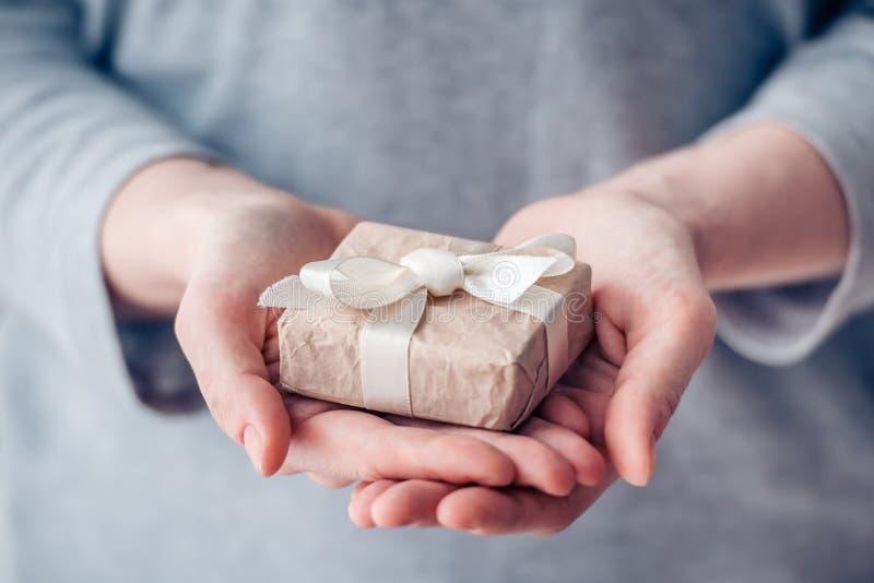 pojedynczy white pudełko prezent zdjęcia stock