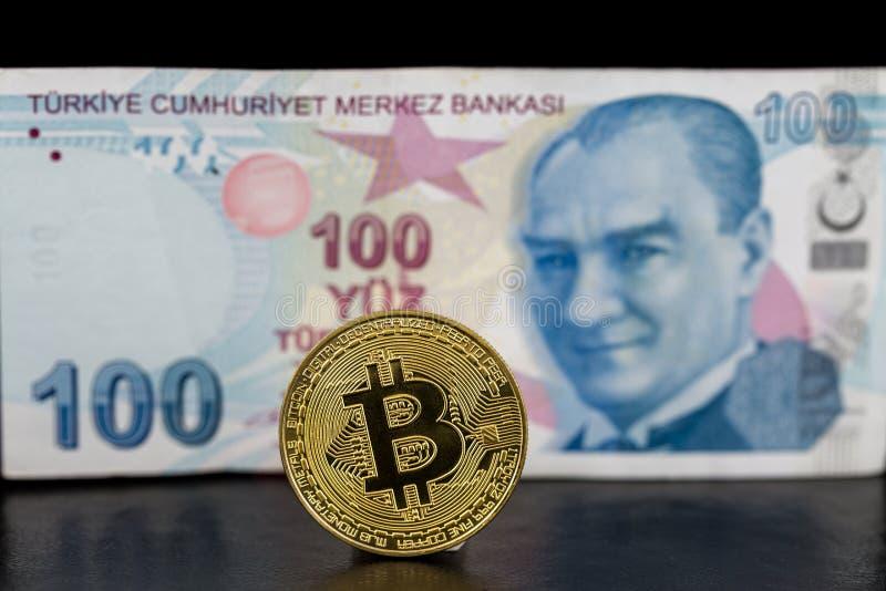 Pojedynczy złoty trwanie bitcoin i turecki lir na plecy zdjęcia stock