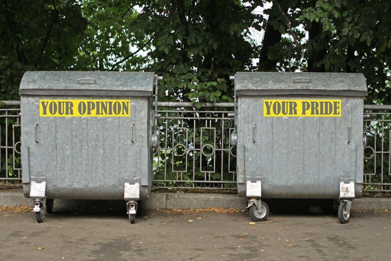 Pojemnik na śmiecie z inskrypcją opinia i duma obrazy stock