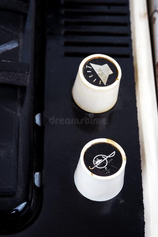 Pojemności i brzmienia gałeczki n rocznika walizki turntable zdjęcia stock