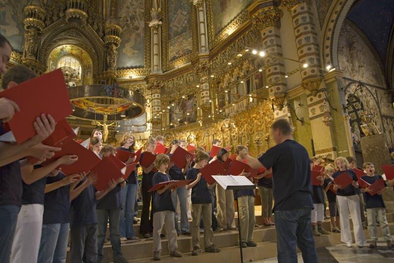 Pojkar & flickor sjunga i kör att sjunga i Benedictineabbotskloster på Montserrat, Santa Maria de Montserrat, nära Barcelona, Cat royaltyfri bild