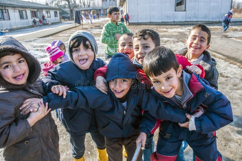 Pojkar i flyktingläger i Serbija fotografering för bildbyråer