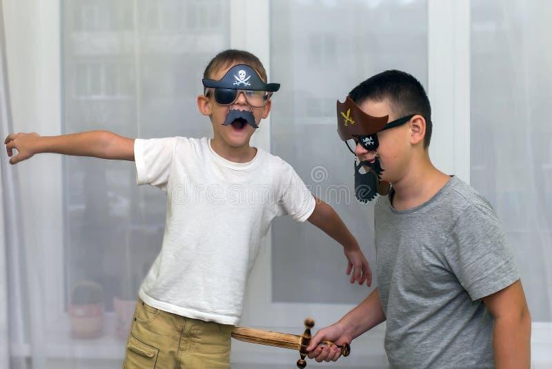 Pojkar i maskeringar piratkopierar lek royaltyfri fotografi