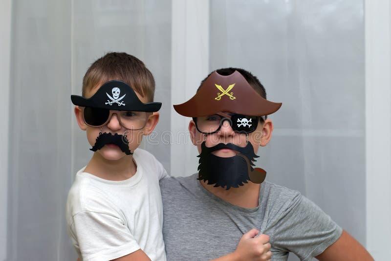 Pojkar i maskeringar piratkopierar lek royaltyfria bilder