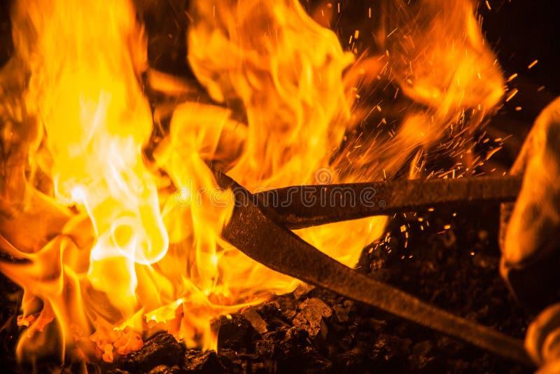 Pojkar i stor brand som är varm arkivfoton