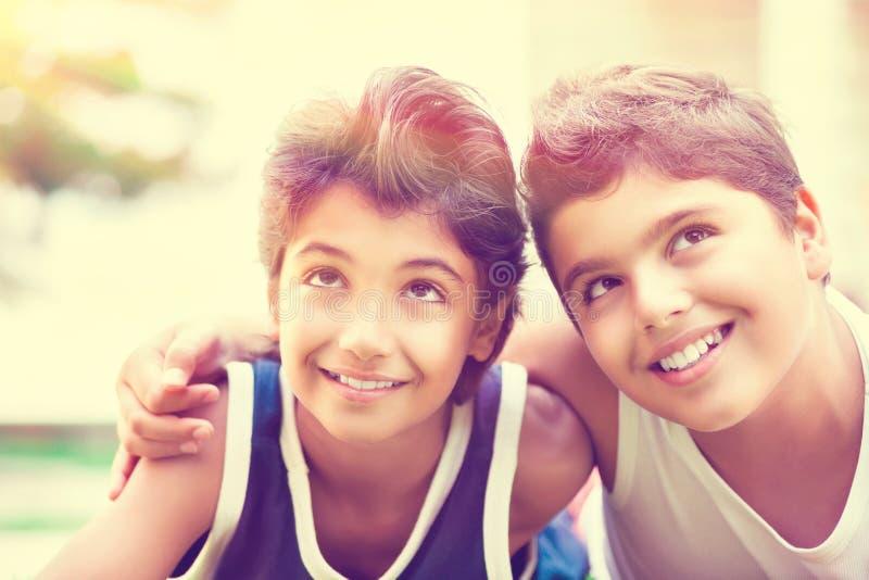 pojkar lyckliga två arkivbilder