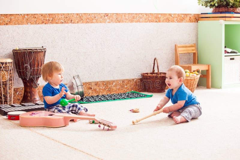 Pojkar med musikinstrument arkivbilder
