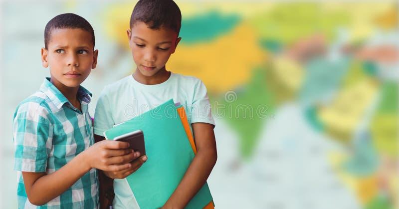 Pojkar med telefonen mot oskarp översikt royaltyfria bilder