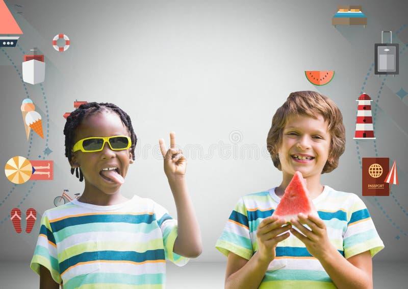 Pojkar med vattenmelon och solglasögon framme av gråa bakgrunds- och feriediagram royaltyfria bilder