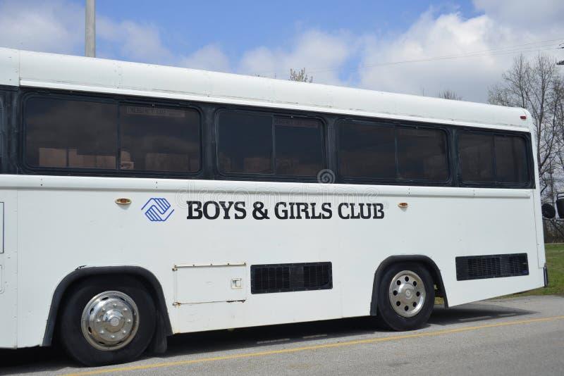 Pojkar och flickaklubbabuss royaltyfria bilder