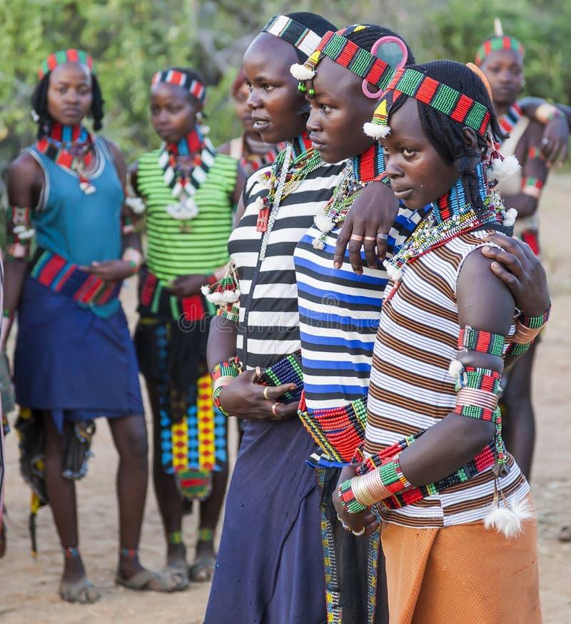 Pojkar och flickor på den traditionella evangaty ceremonin Turmi Ethi royaltyfria bilder