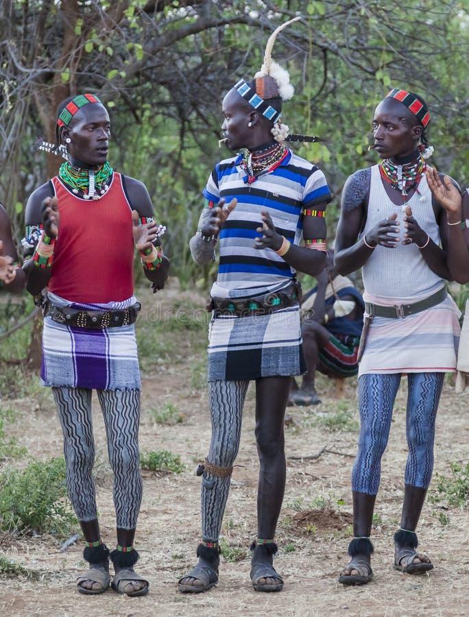 Pojkar och flickor på den traditionella evangaty ceremonin Turmi Ethi arkivbilder