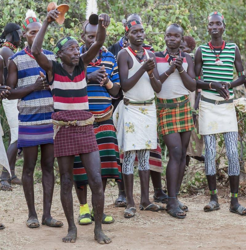 Pojkar och flickor på den traditionella evangaty ceremonin Turmi Ethi royaltyfri bild