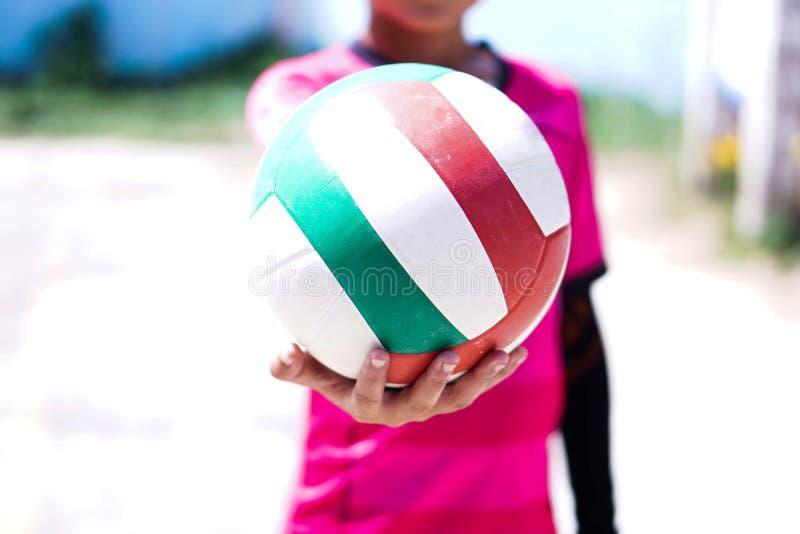 Pojkar och volleyboll arkivbild