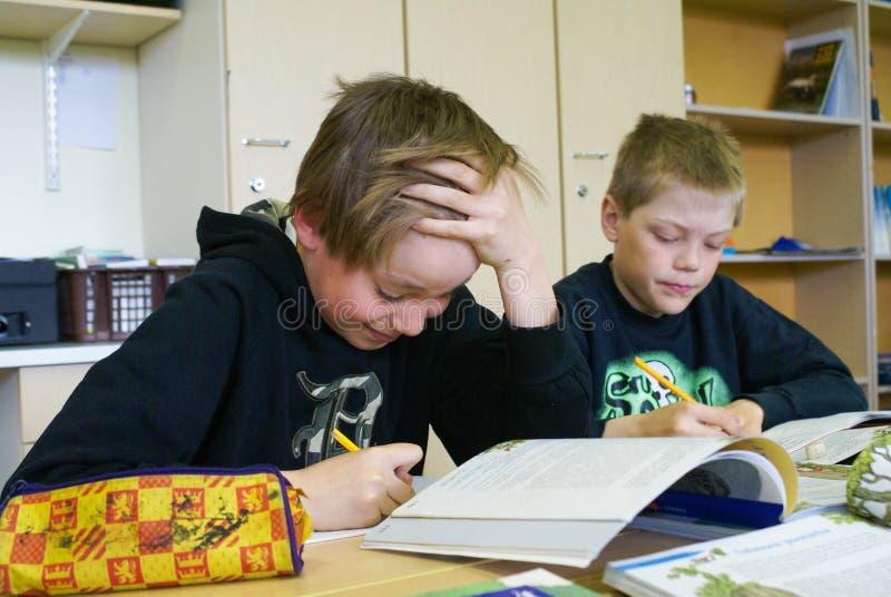 Pojkar på grundskola för barn mellan 5 och 11 år royaltyfri foto