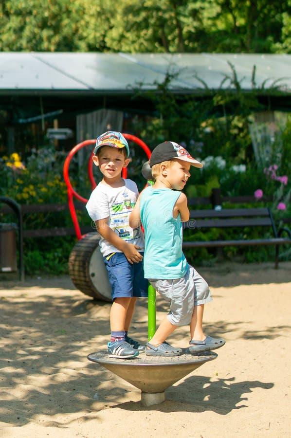 Pojkar på lekplatsen royaltyfri bild