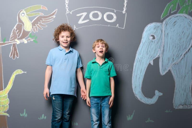 Pojkar på zoo parkerar arkivbild