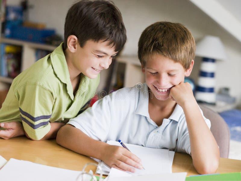 pojkar som gör läxa deras tillsammans två barn fotografering för bildbyråer