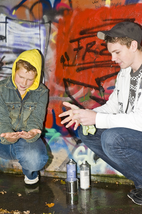 pojkar som gör ren händer två royaltyfri foto