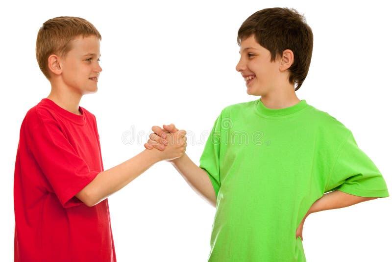pojkar som greeting två arkivbilder