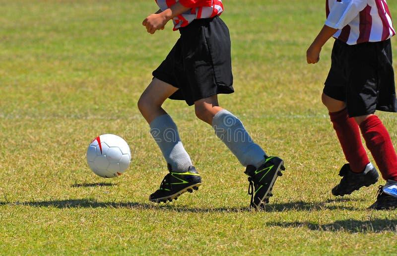 pojkar som leker fotboll arkivfoto