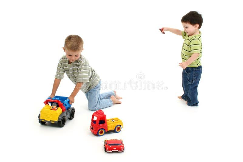 pojkar som leker litet barn arkivfoton