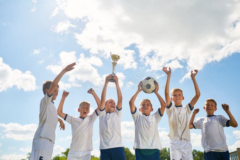 Pojkar som segrar fotboll arkivbilder