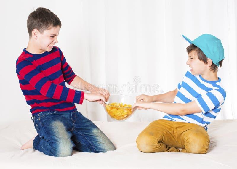 pojkar som slåss två royaltyfria bilder