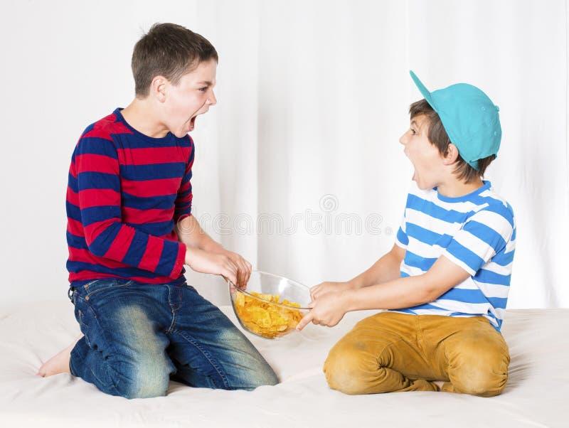 pojkar som slåss två arkivfoton