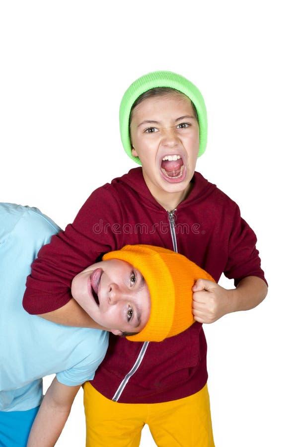 pojkar som slåss två arkivbild