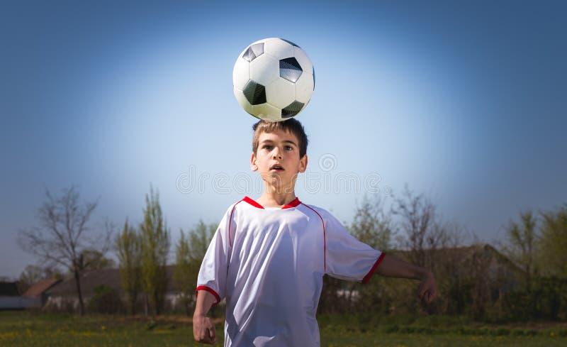 Pojkar som sparkar fotboll royaltyfri fotografi