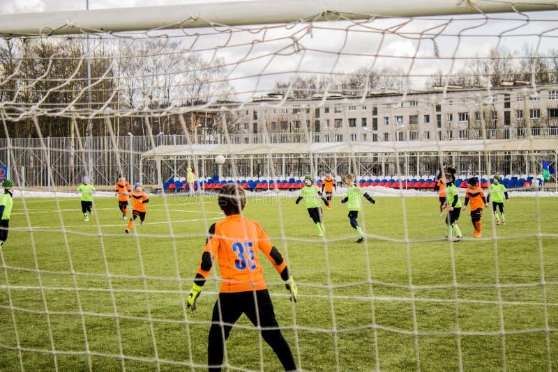 Pojkar som sparkar fotboll royaltyfri foto