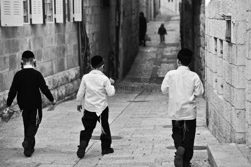 Pojkar som spelar i Jerusalem, Israel royaltyfri foto