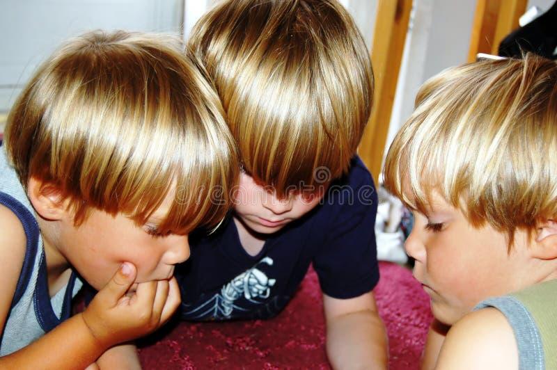 pojkar spelar den leka videoen royaltyfri fotografi