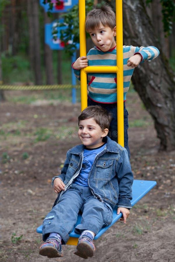 pojkar sväng två royaltyfri fotografi