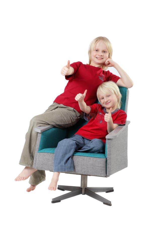 pojkar tumm upp barn royaltyfri bild
