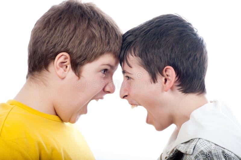 pojkar varje annat skrika tonårs- två arkivfoto