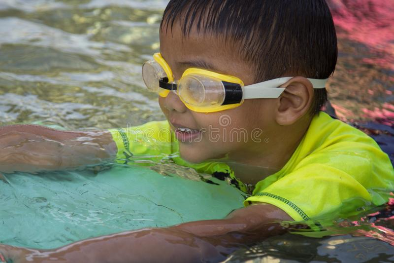 Pojkeövningssimning simning för aktivitetsbarnpöl royaltyfri fotografi