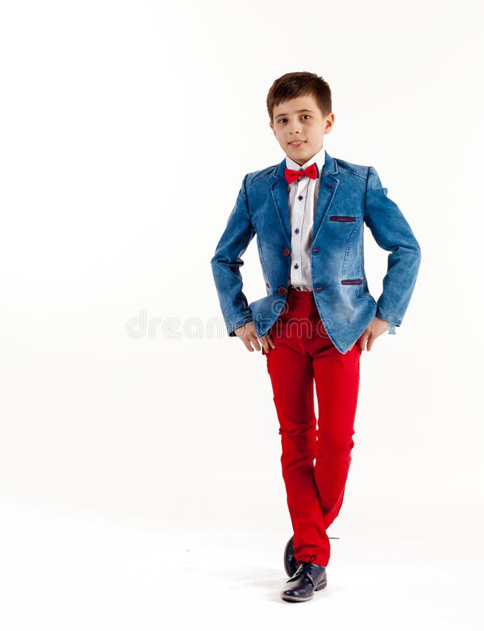 Pojke barn, lyckligt, manligt som ?r caucasian, barndom, st?ende, le, vitt som ?r gulligt, livsstil, barn som ?r litet, leende, s royaltyfri bild