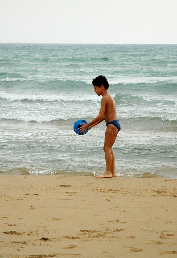 pojke för boll beach4 royaltyfri foto