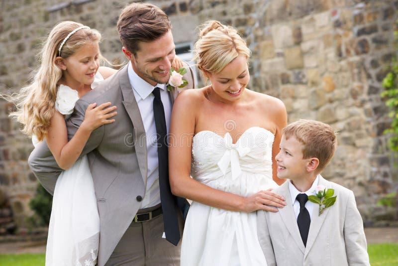 Pojke för brud- och brudgumWith Bridesmaid And sida på bröllop royaltyfri foto